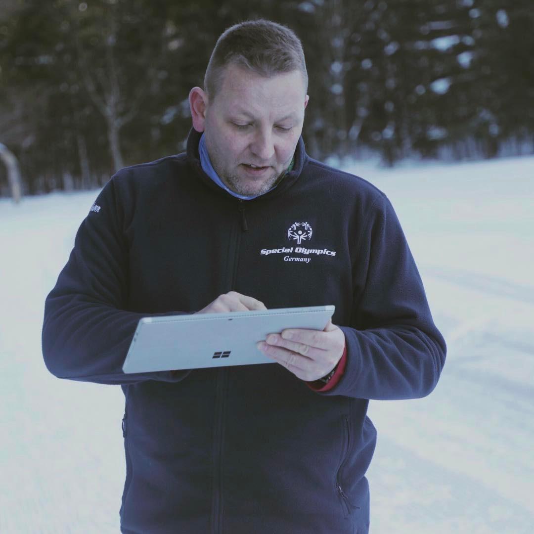 Dank der Microsoft Cloud kann Schneeschuhlauf-Headcoach Björn von Borstel die Leistungsdaten seiner Athleten jederzeit und überall hochladen, vergleichen und analysieren.