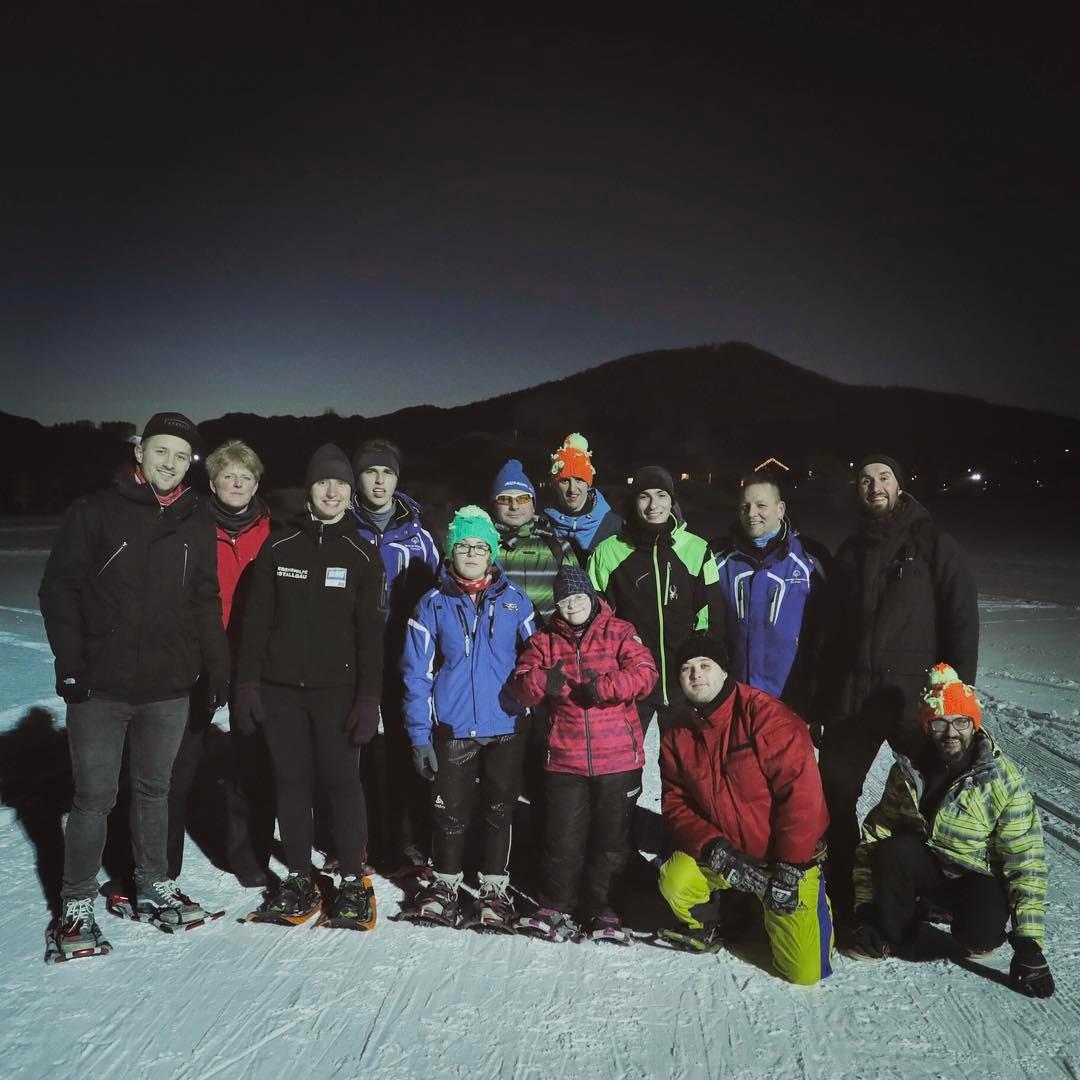 Kurz nach der Ankunft ging es direkt gemeinsam unters Flutlicht, wo wir die Schneeschuh-Basics lernten.
